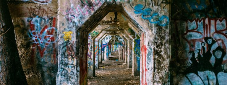 graffitis de colores sobre puertas de piedra
