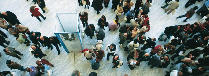 Un grupo de laicos durante el descanso en una jornada de apostolado seglar en Madrid