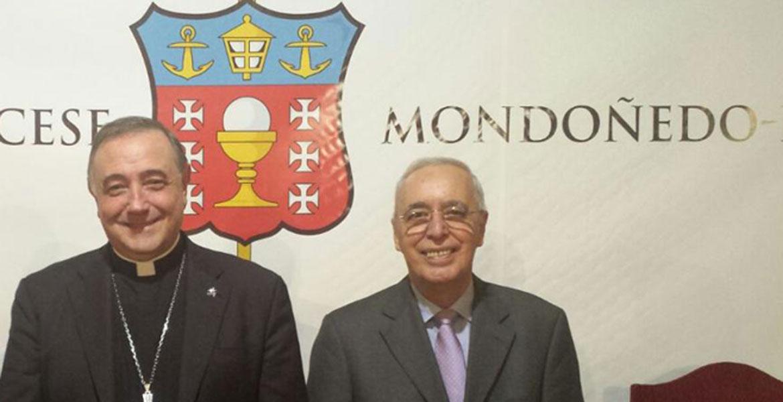 El obispo de Mondoñedo-Ferrol, Luis Ángel de las Heras, con el bioeticista cubano, René Zamora, quien impartió en octubre de 2017 en la diócesis gallega