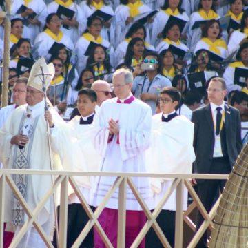 Francisco celebra la eucaristía en la playa de Huanchaco, en Trujillo (Perú)/EFE