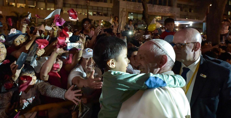 Un niño abraza al Papa Francisco en Lima, Perú/EFE
