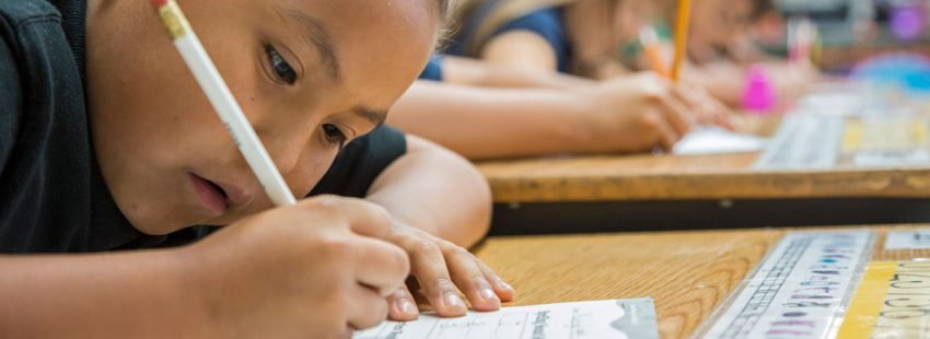 niña haciendo deberes en la escuela en un colegio en México