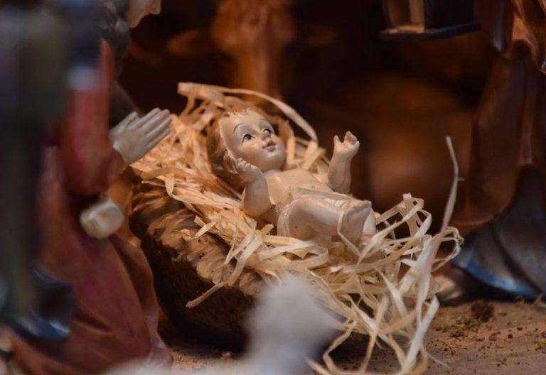 figura del Niño Jesús en el pesebre en un belén