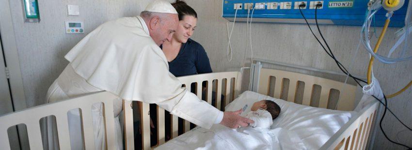 papa Francisco visita niños enfermos Hospital Bambino Gesú 5 enero 2018