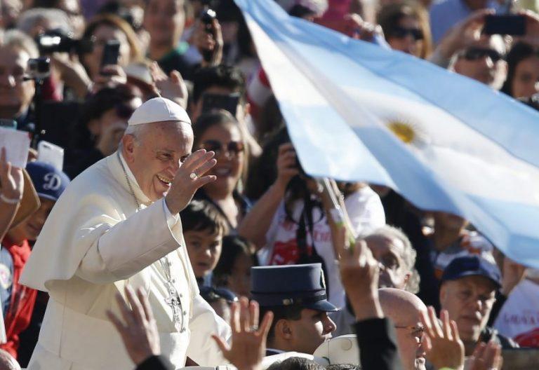El Papa, durante la audiencia general, con una bandera argentina