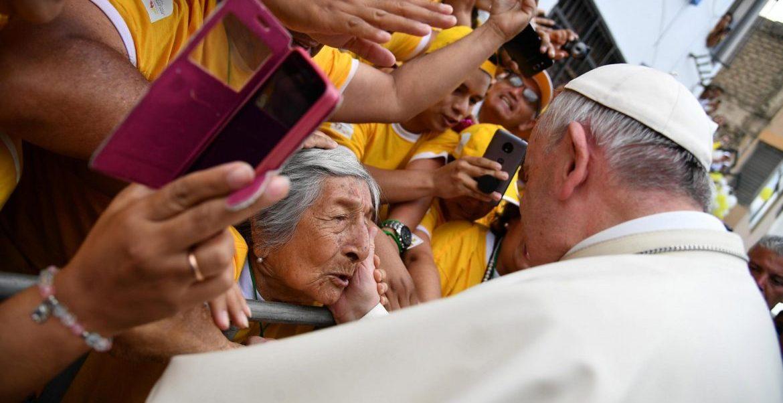 El Papa felicita a una anciana de 99 años en Trujillo, Perú/EFE
