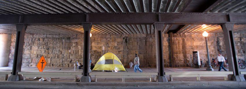 tienda de campaña en la calle sin techo pobreza