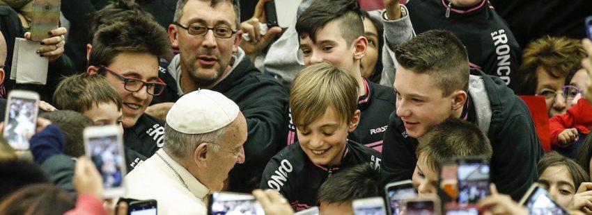 El Papa saluda a unos niños durante la Audiencia General del dia 28 de febrero