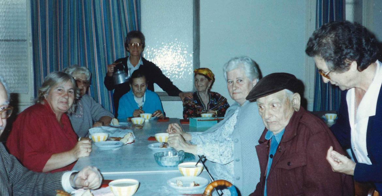 Caridad Álvarez, sirviendo té a un grupo de ancianos en Argel