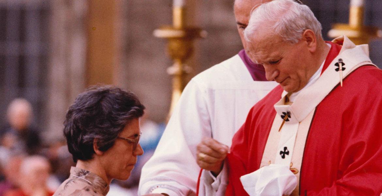 Caridad Álvarez, comulgando en una ceremonia presidida por Juan Pablo II