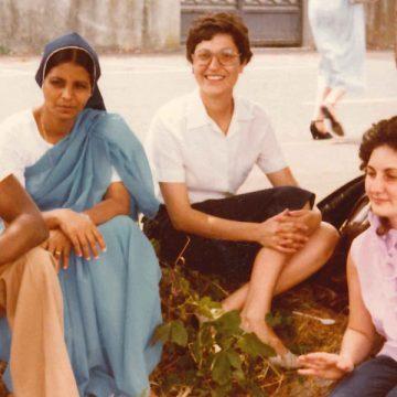 Esther Paniagua, con un grupo de amigos e Argel