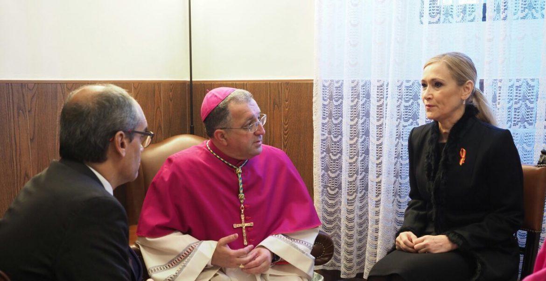 El nuevo obispo de Getafe, en el encuentro con la presidenta Cifuentes antes de la eucaristía