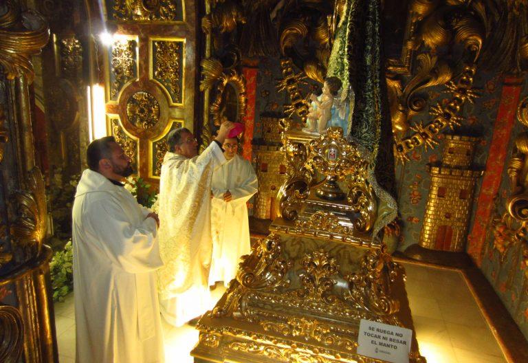 Ginés García Beltrán ante la Virgen de la Piedad, patrona de Baza