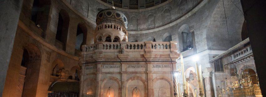 fieles rezando en el santo sepulcro despues de su reapertura