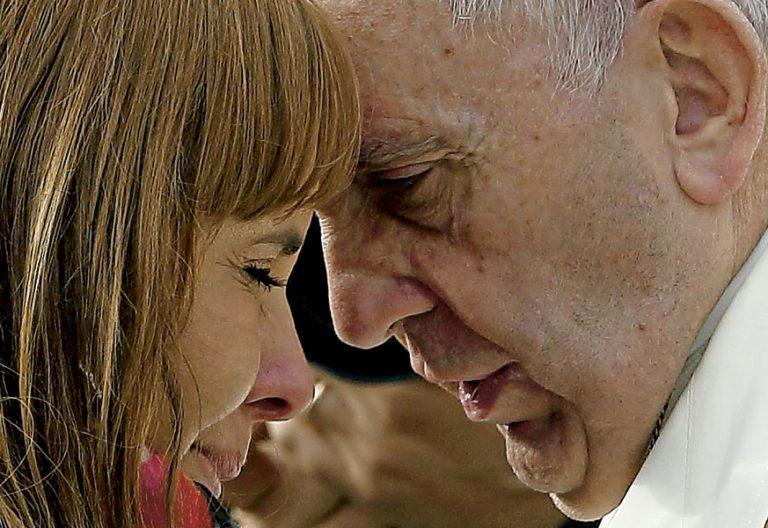 El papa Francisco, en una muestra de cariño a una mujer
