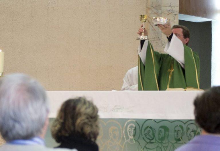 Un sacerdote celebra una eucaristía/Iglesia en Valladolid