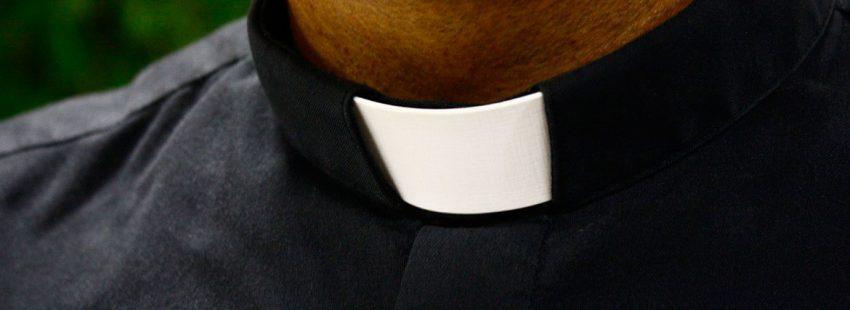 Sacerdote con clergyman, tirilla, alzacuellos