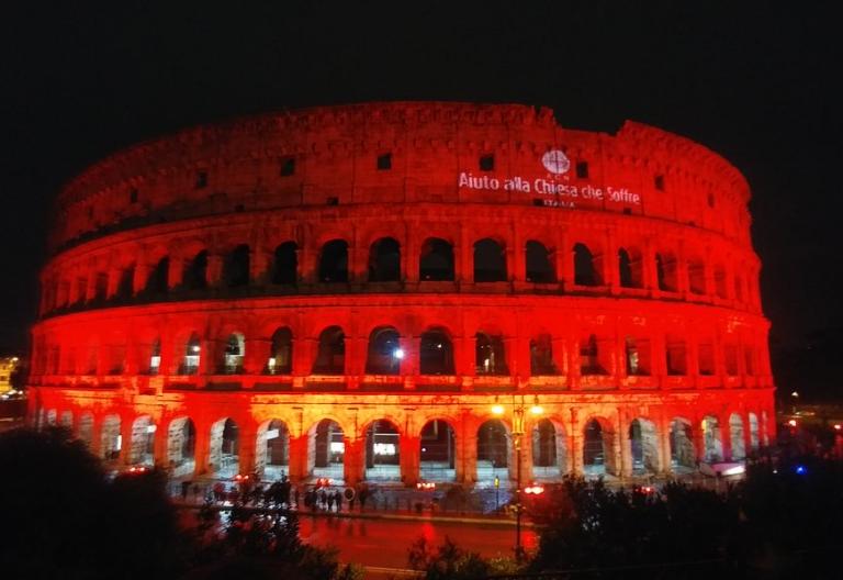 AIN iluminó de rojo el coliseo para recordar a los cristianos perseguidos
