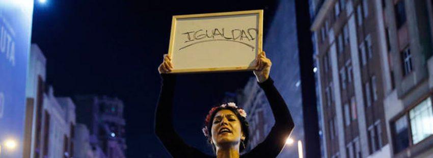 dia internacional e la mujer trabajadora mujer con un cartel en protesta