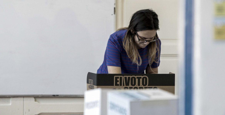 Una mujer vota en las elecciones de Costa Rica/EFE