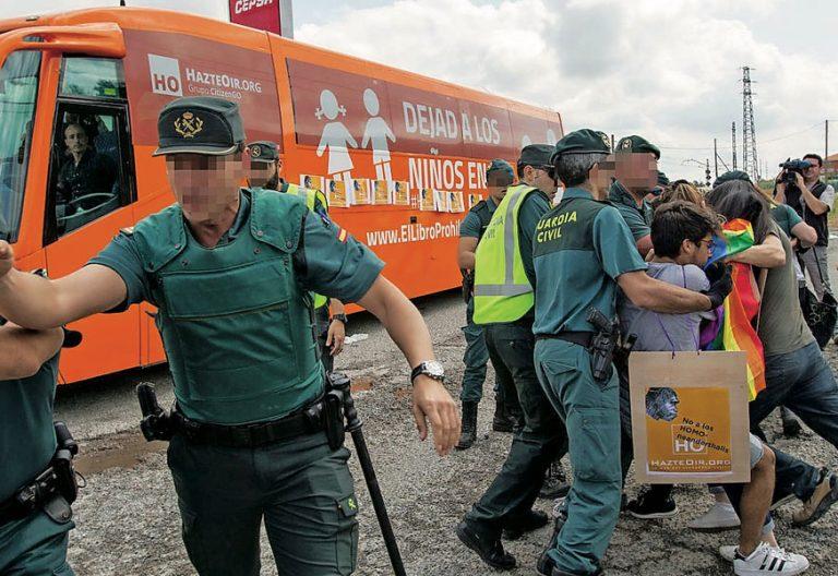 El autobús de Hazte Oír, atacado por activistas LGTBI