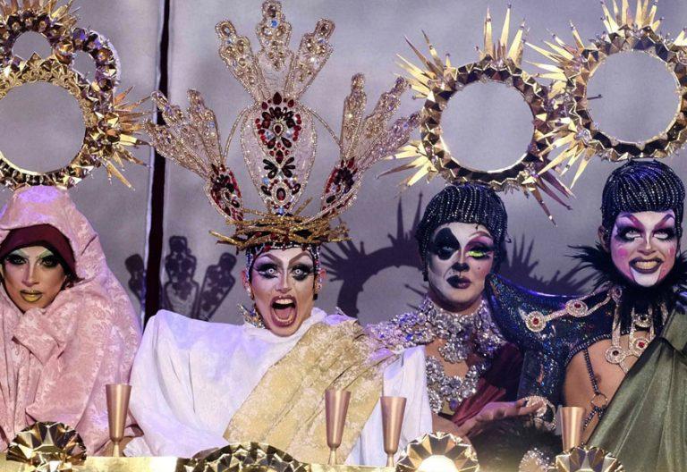 Drag Shetlas (de blanco), en su versión drag de La Última Cena durante el carnaval de Las Palmas de Gran Canaria de 2018
