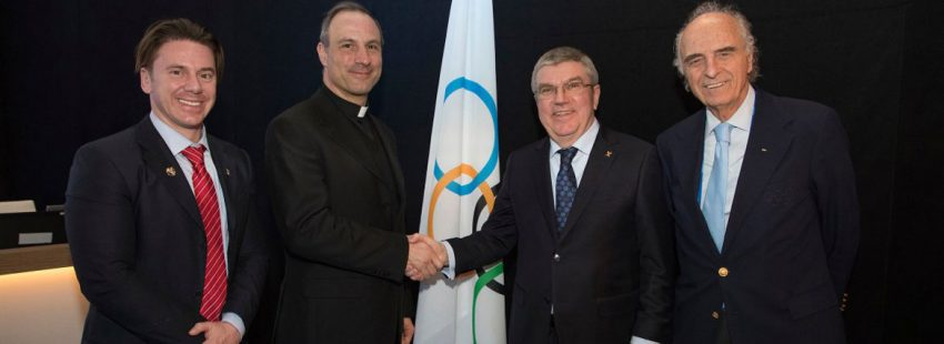 El subsecretario del Pontificio Consejo de la Cultura, Melchor Sánchez de Toca, saluda al presidente del Comité Olímpico Internacional (COI), Thomas Bach