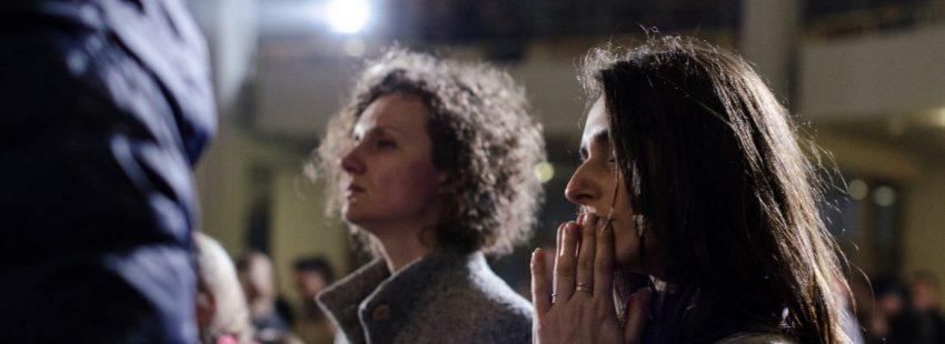 Dos mujeres, durante una oración en Cracovia/JMJ