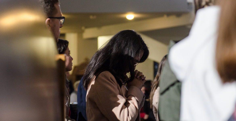 Una mujer joven, durante una oración en Cracovia/JMJ