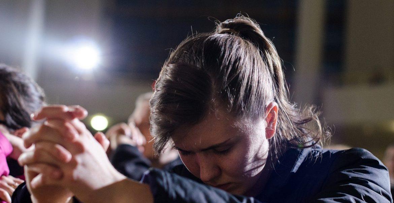 Una joven, durante una oración en Cracovia/JMJ