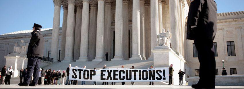 cartel contra la pena de muerte en una manifestación en Estados Unidos