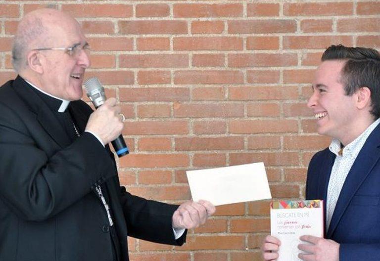 Carlos Osoro entrega el premio del concurso búscate en mi