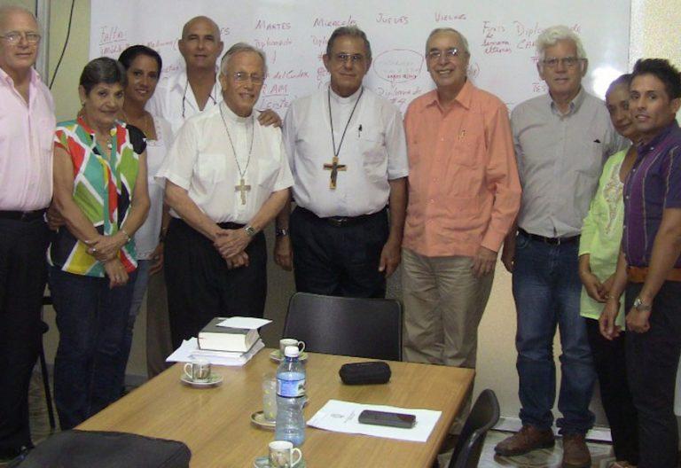 René Zamora (con camisa color salmón), con un grupo de profesores del Centro de Bioética Juan Pablo II de La Habana