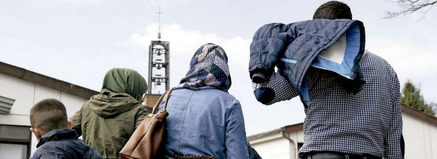 Una familia de refugiados a las puertas de una Iglesia en España