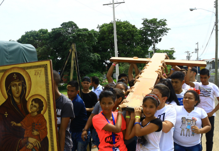 La cruz y el icono de la virgen se acercan a la JMJ de Panamá