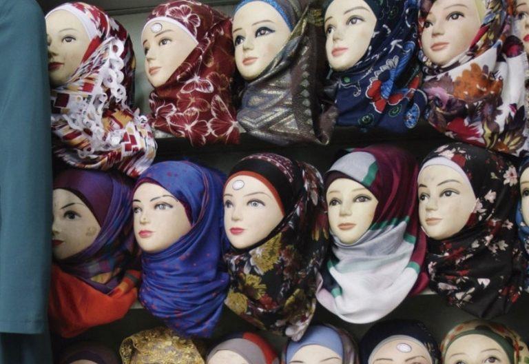 Escaparate con pañuelos musulmanes
