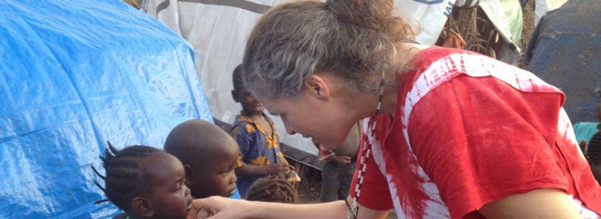 Yudith Pereira misionera española en sudan atendiendo niños