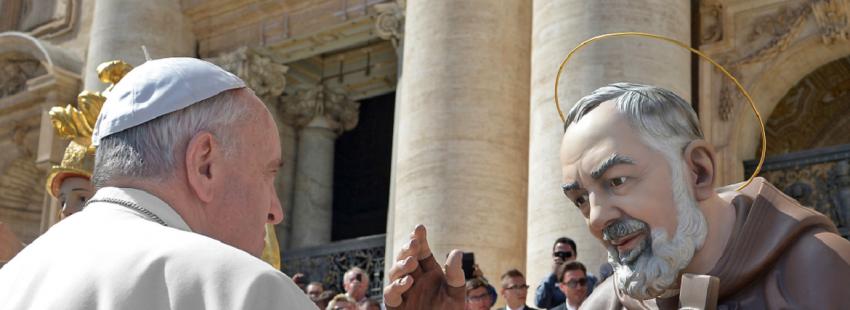 Francisco, junto a una estatua del Padre Pío en el Vaticano