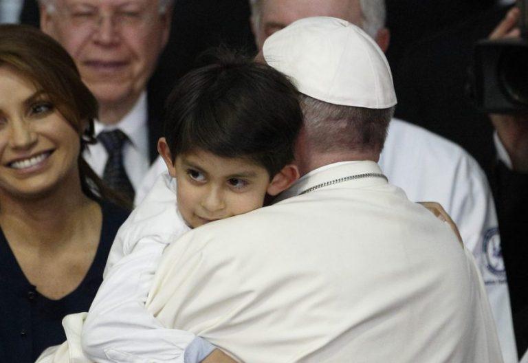 El Papa Francisco abraza a un niño enfermo durante su viaje a México