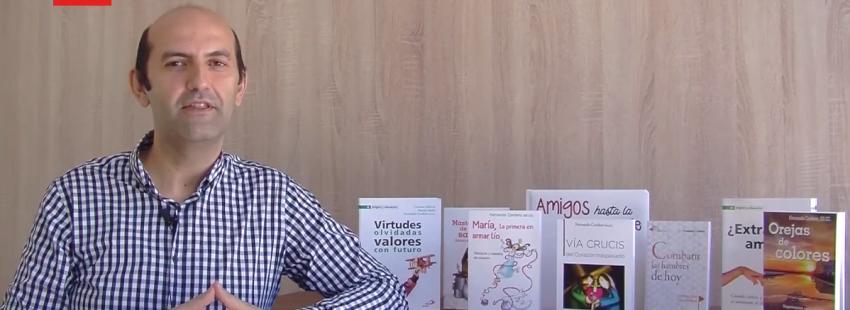 fernando cordero habla un poco de si mismo junto a sus libros en un video