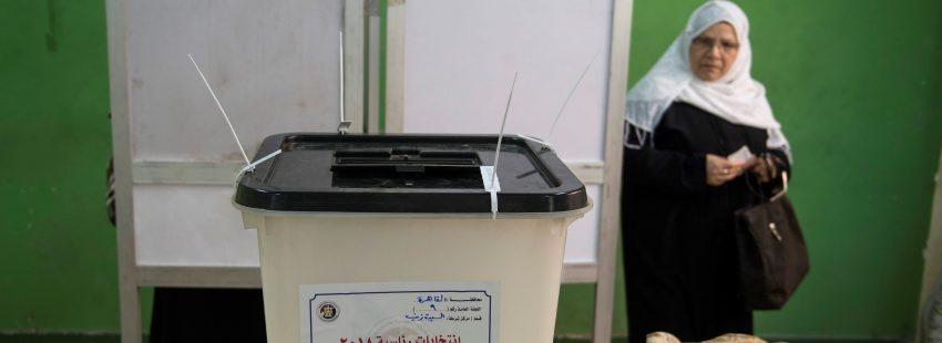 Una mujer acude a votar en las elecciones egipcias