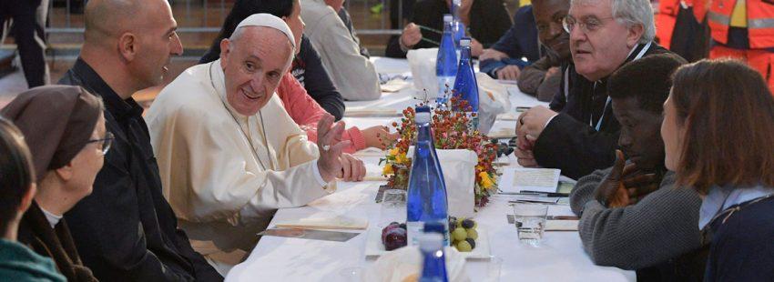 EL Papa francisco come con pobres y refugiados en octubre de 2017 en bolonia