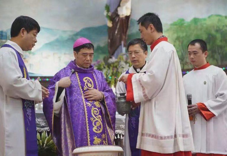 El obispo chino Guo Xijin celebrando la misa