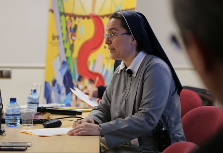Roberta Tremarelli secretaria general de infancia misionera imparte una charla en madrid