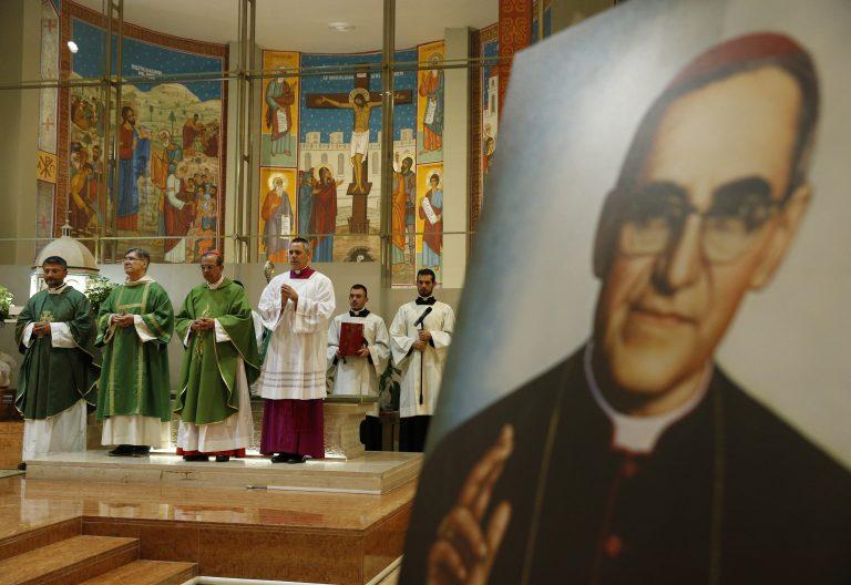 EL cardenal Rosa Chávez junto a un retrato de monseñor Romero