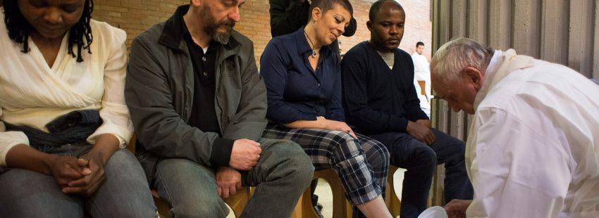 El Papa lava los pies a los presos en Rebbia en 2015