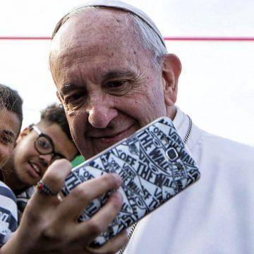 Una joven se hace un selfie con el Papa Francisco