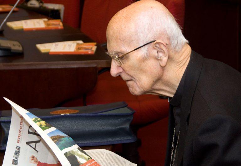 Elías Yanes, fallecido el 9 de marzo de 2018, en una imagen de archivo en el salón de la Plenaria de la Conferencia Episcopal, en abril de 2013