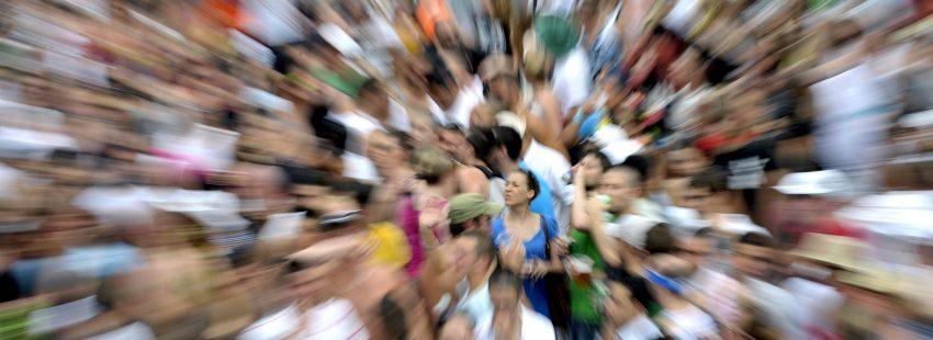 Una mujer destaca sobre una multitud desenfocada