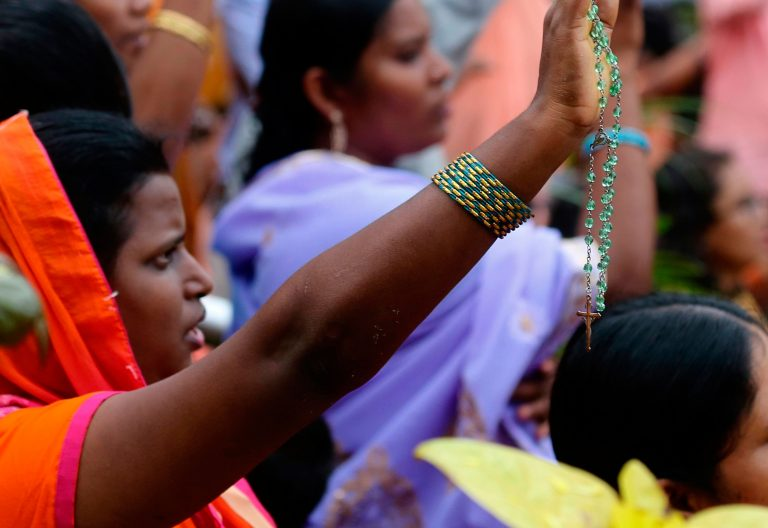 Mujeres en la celebración de una misa en La India